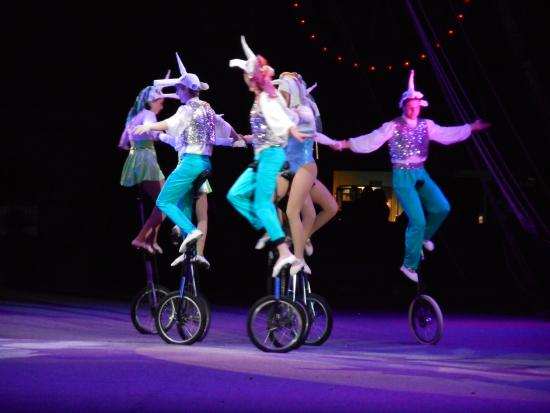 Sailor Circus: balancing on bikes