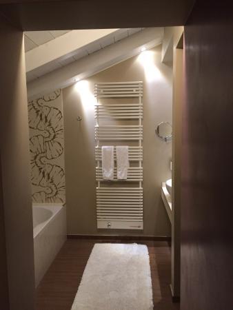 Hotel Marmolada: Bagno con vasca , ottima luce e mansardato bianco.