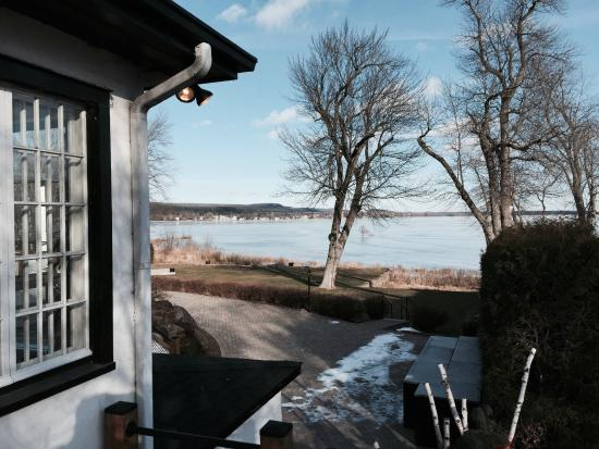 Auberge Willow: View of the lake from the deck