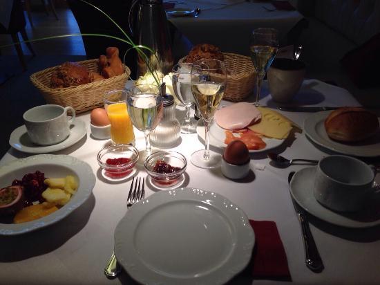 Dorint Resort An den Thermen Freiburg : La nostra colazione da re&regina! Buonissima! Il servizio eccellente!