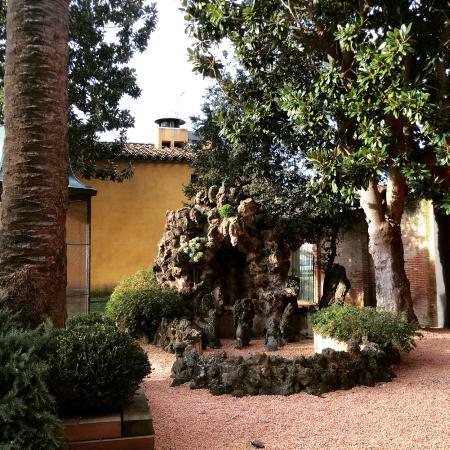 Aparthotel Can Gallart: Jardín modernista