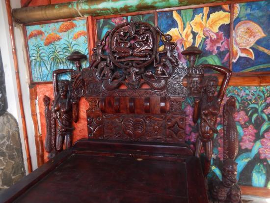 Castillo Mundo King: a wood carved bed
