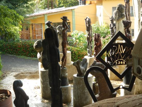 Castillo Mundo King: statues