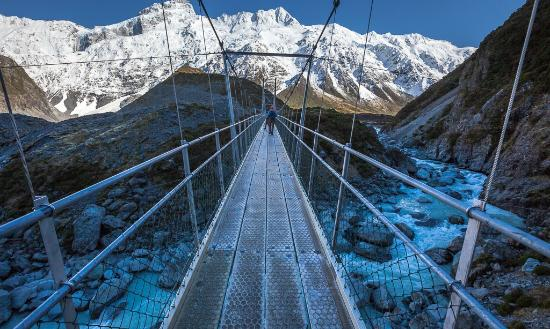 Mt. Cook Village, New Zealand: Swinging bridge over Hooker River