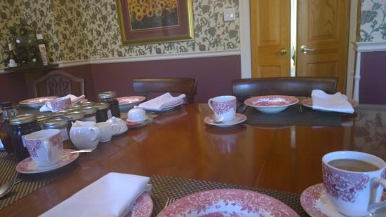 Willow Trace Bed and Breakfast: Dining Room and table set for breakfast