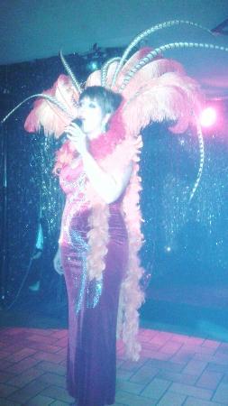 Magnifique chanteuse qui se produit au Cabaret O Roches Sideville.
