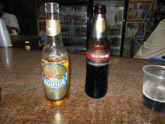 Donde Fidel Salsa Club: Tomando una Cerveza Aguila Light y una Cerveza Negra Colombia
