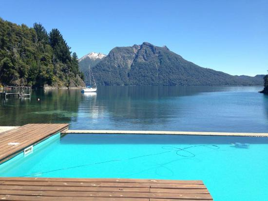 Millaqueo Luxury Villa: Pool with view of lake and mountains