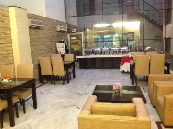 Hotel La Suite: Small Restaurant with tasty food
