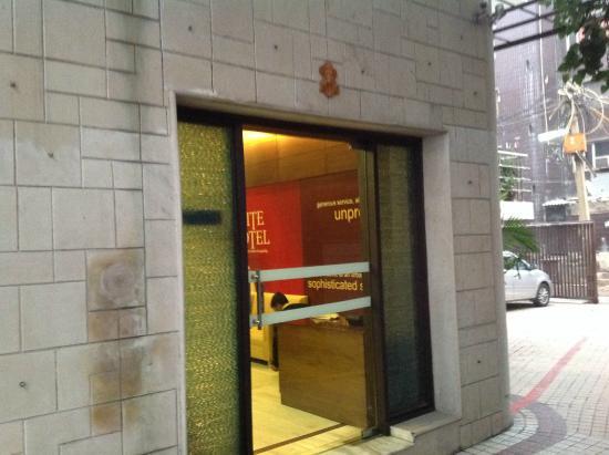 Hotel La Suite: Entrance of the hotel