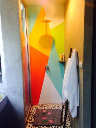 Phu NaNa Boutique Hotel: Modern art shower