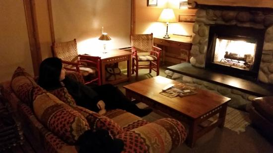 Weasku Inn : Enjoying the fireplace and comfortable couch