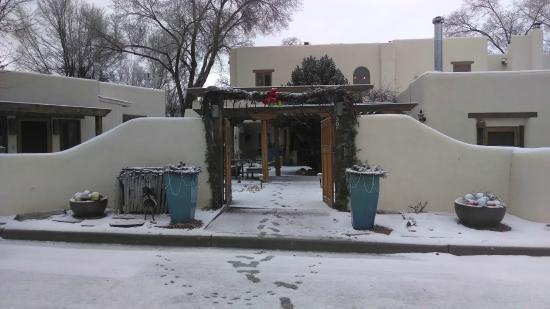 La Posada de Taos B&B: Front Entrance