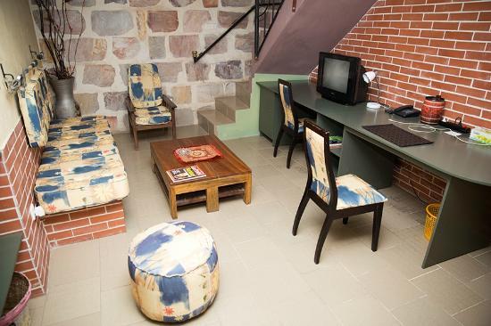 Residence Hôtelière Océane : Downstairs Desk & Stairs