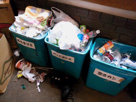 Annex Avion: 溢れかえってるゴミ箱