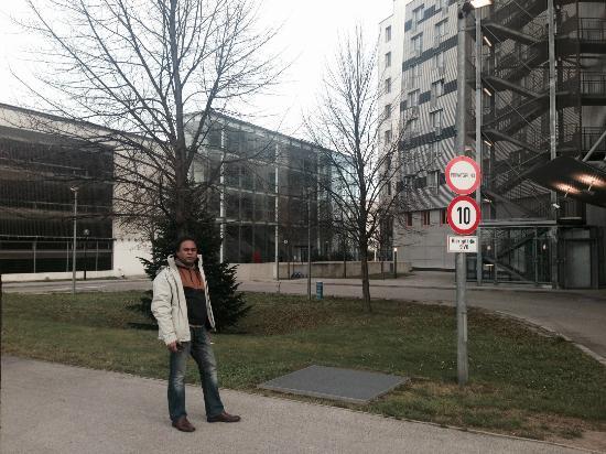 Austria Trend Hotel Messe Wien : Lawn in front