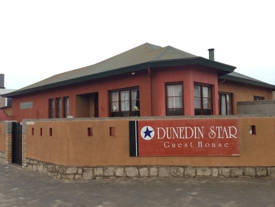 Dunedin Star Guest House: 外観 交差点のすぐそば