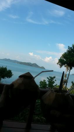 Esmeralda View Resort: Frische Kokosnuss auf der Bungalow Terrasse