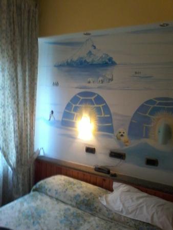 Hotel Europeo & Flowers: L unica cosa bella il dipinto sulla parete