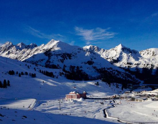 Hotel Alpenrose: Blick von der Skipiste auf das Hotel