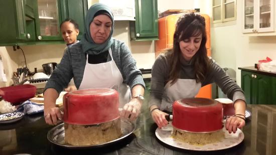 """Home Cooking and Dining Experience Tour at Beit Sitti House: Marie (rechts) und ihre Mitarbeiterin 'stürzen'  das """"Upside down-Gericht"""""""