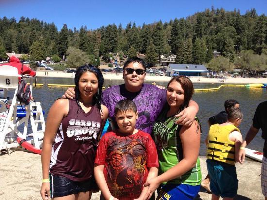 Antlers Inn: Kids loving the lake