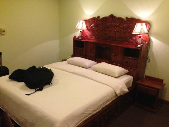 Angkor Hotel: Big bed all to myself!