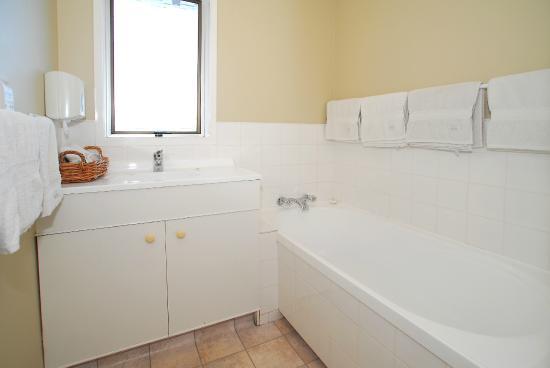 Takapuna Motor Lodge: 2 Bedroom Apartment Bathtub