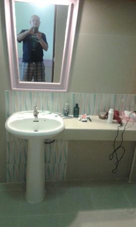 Plaloma Cliff Resort: Basic bathroom