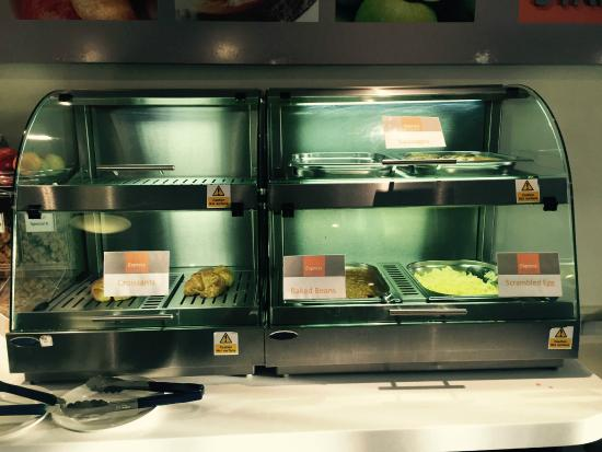 Holiday Inn Express Glenrothes: Continental breakfast with hot items