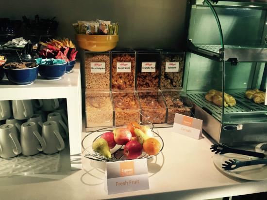 هوليداي إن إكسبريس جلينروثيز: Continental breakfast