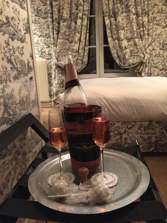 Hotel Saint Germain: Champagne in our room
