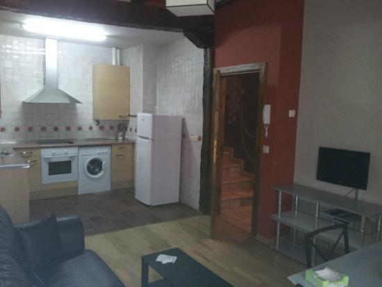Apartamentos Señorío de Haro: Amplia cocina y salon con TV.