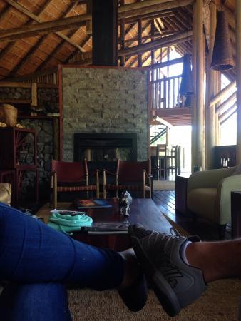 Rhino Post Safari Lodge : sala para os hóspedes