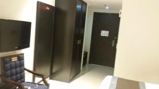 Smana Hotel Al Raffa: Wardrobe