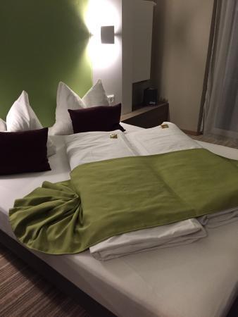 Hotel Demas City: Letto comodo tranne per i cuscini! Portatevi un cuscino serio!!!