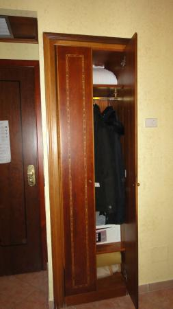 Hotel Archimede : Cupboard