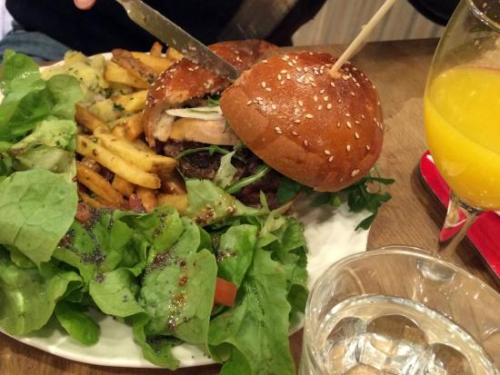 burger sp cial no l au foie gras accompagnement frites salade de pommes de terre salade verte. Black Bedroom Furniture Sets. Home Design Ideas