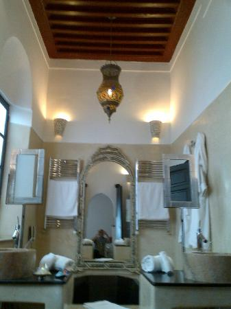 Riad Farnatchi: bathroom with huge sunken tub- you can't see the shower or toilet rooms herein