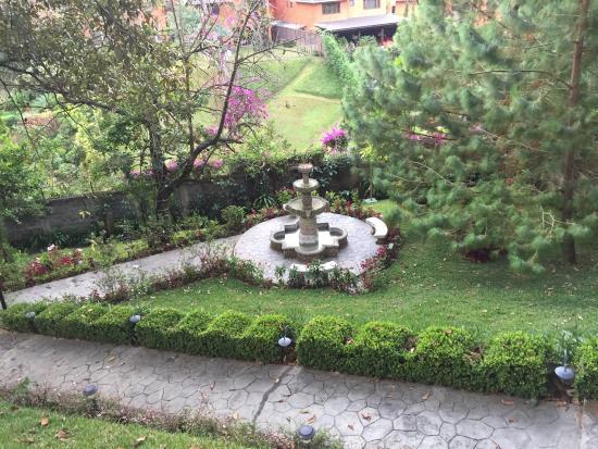 Suites Jardin Imperial: Fuente en jardín