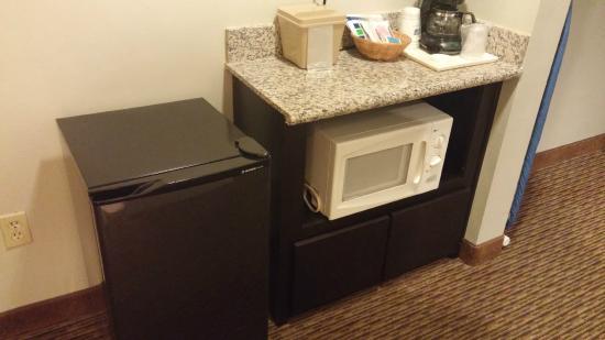 Holiday Inn Express Marana: Mini fridge and microwave in spa suite