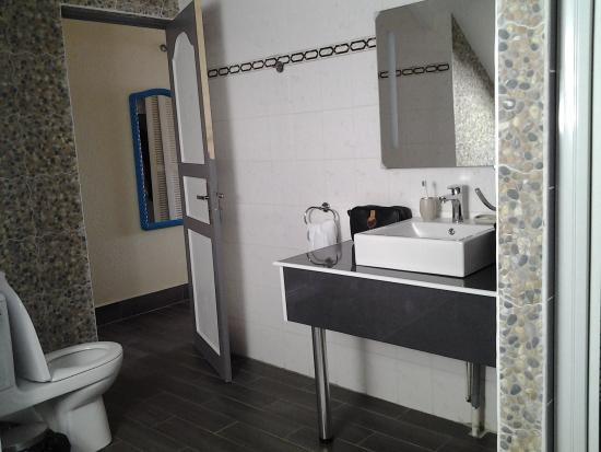 Hotel Kanaoa Les Saintes: salle de bain avec douche