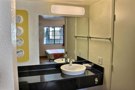 Motel 6 Paso Robles: Bathroom