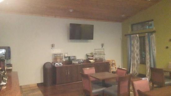 Best Western Plus Holland Inn & Suites : breakfast area
