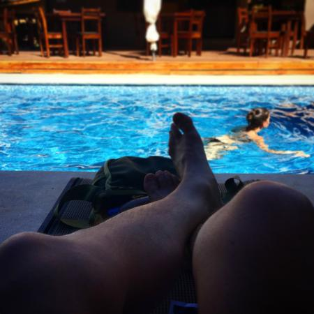Hotel Arco Iris: Relaxing pool side