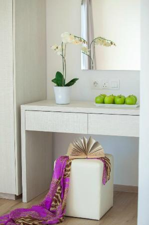 Harmony Bay Hotel: Dressing table
