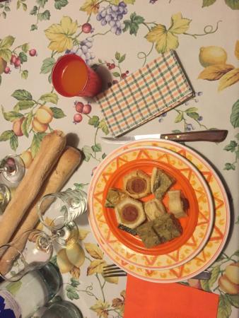 Agriturismo Abbadia Borgo del Sole: Uno degli antipasti a base di pizzette, salatini e torte salate
