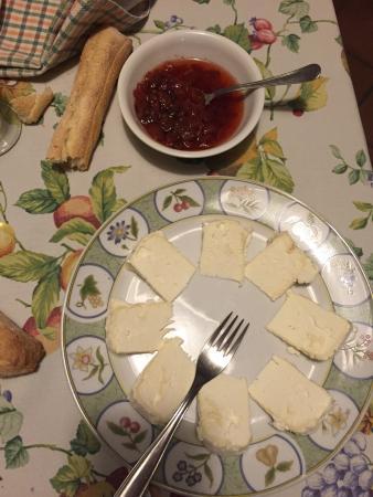 Agriturismo Abbadia Borgo del Sole: Formaggio misto capra con salsa di fragole piccante