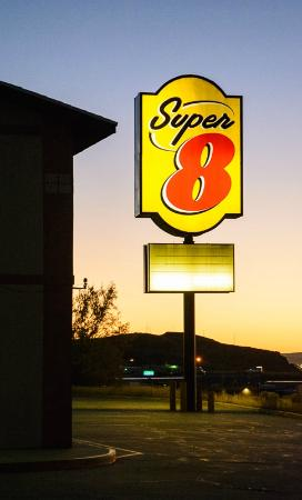 Super 8 Rawlins: Super Eight Sign