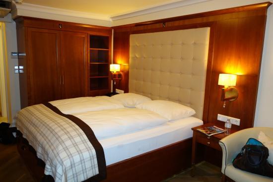 Hotel Elefant: Letto comodissimo (materasso e cuscini)